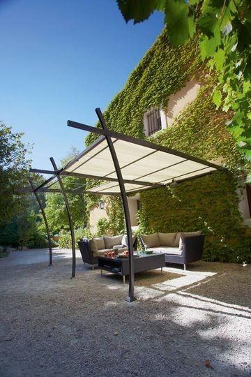 Ici La Pergola Au Design Pur Prend Appui Sur La Faade De La Maison Et Est Porte Par Trois