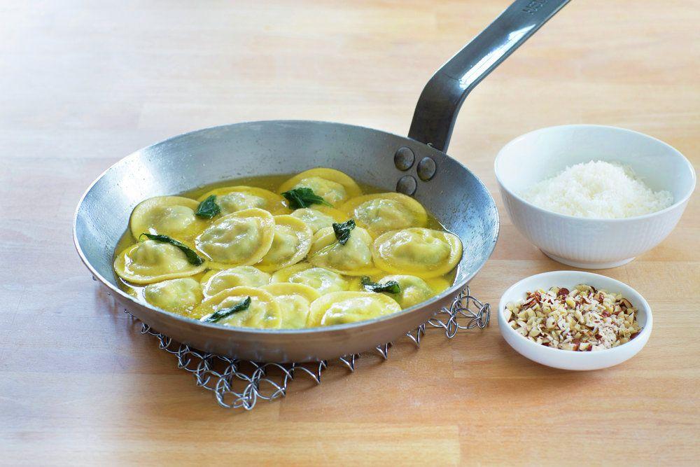 Ravioli er en fellesbetegnelse for fylt pasta, noen kaller dem faktisk også for pastaputer. Her er en kjempegod oppskrift på ravioli fylt med ricotta, spinat og spekeskinke. At den vendes i salviesmør før servering gjør dem enda mer uimotståelige.