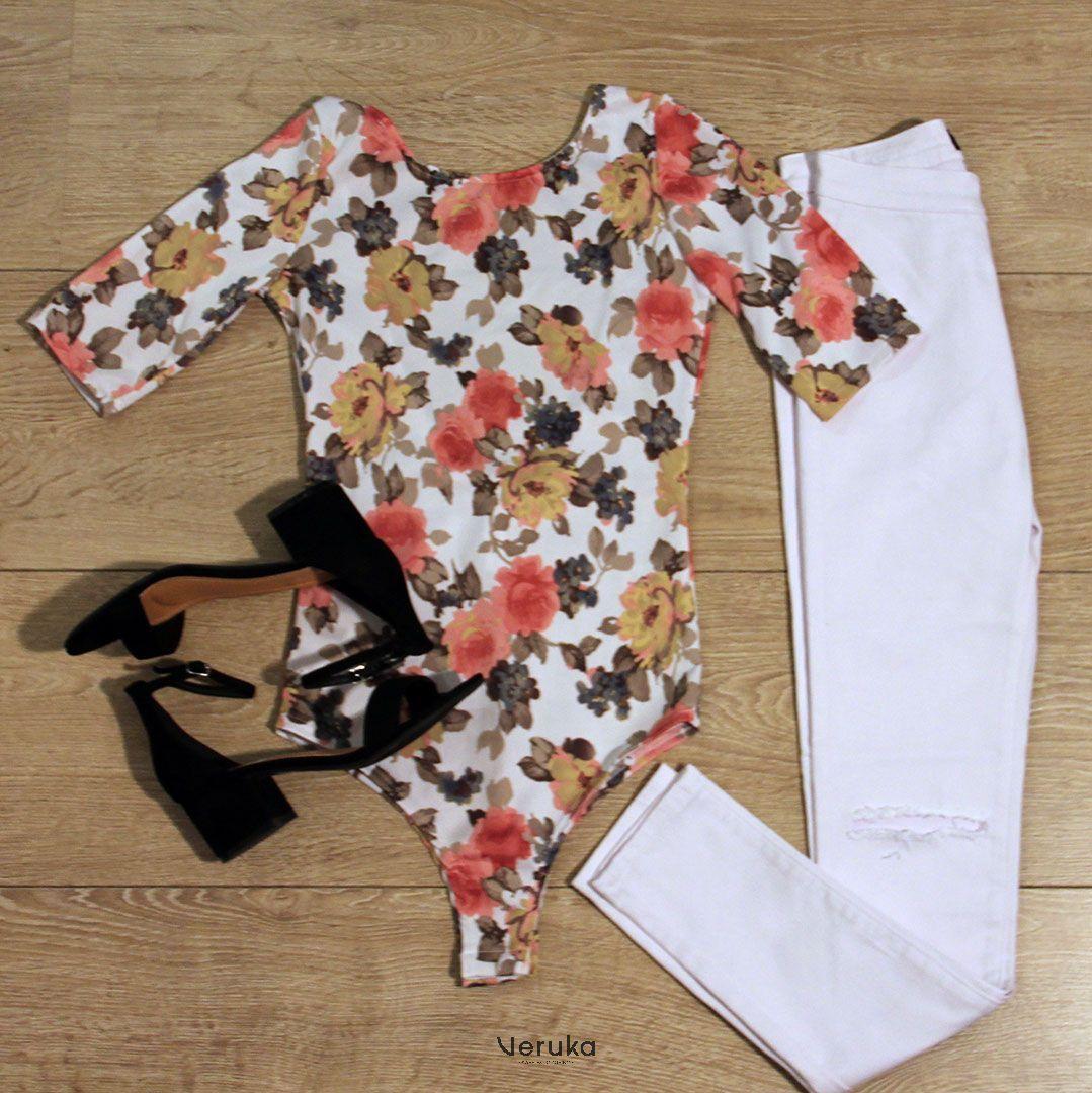 Pantalón blanco (Tiro alto,Desgastado) Bodysuit escote en la espalda (body, estampado flores) Tacón Medio (Negro, Piel de durazno