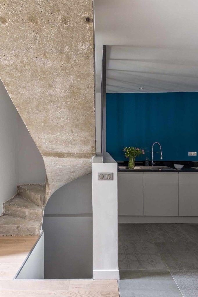 Maison esprit atelier, cuisine ouverte, verrière, mur bleu canard ...