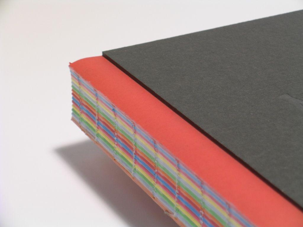 AFGELIJMDE EN GEKLEURDE RUGGEN  De rug van genaaide boekblokken aflijmen met licht gepigmenteerde, transparante of gekleurde hotmelt.