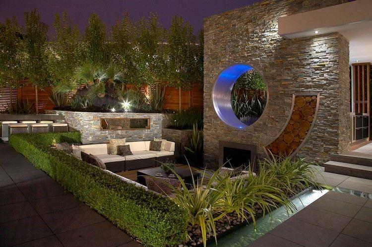 Kaminwand mit Naturstein Optik und Holz Lagerung Garten - gartenideen mit naturstein