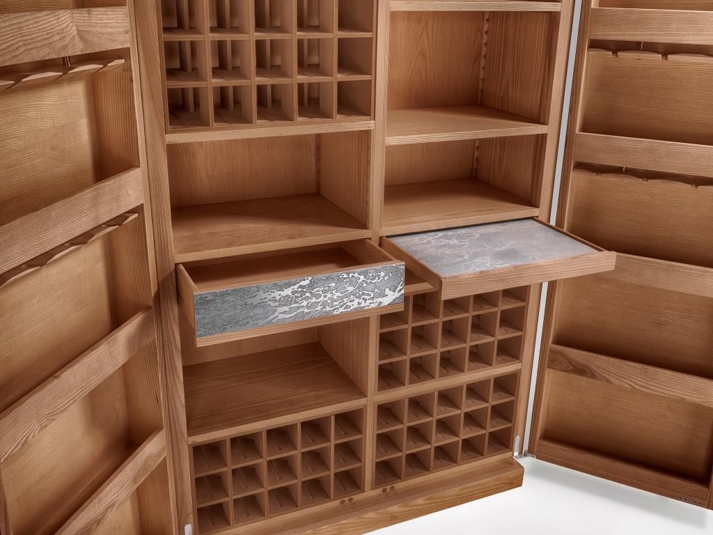 Credenza Con Cantinetta : Particolare della cantina dispensa in legno con rivestimento