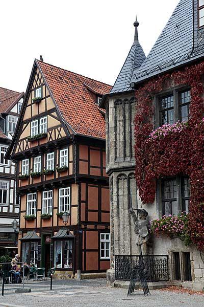 Quedlinburg Fachwerkhaus und Roland am Markt