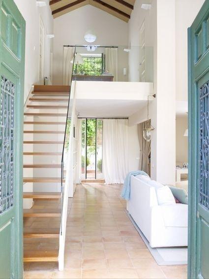 Decorar el pasillo con alfombras barandas de cristal for Escaleras con alfombra