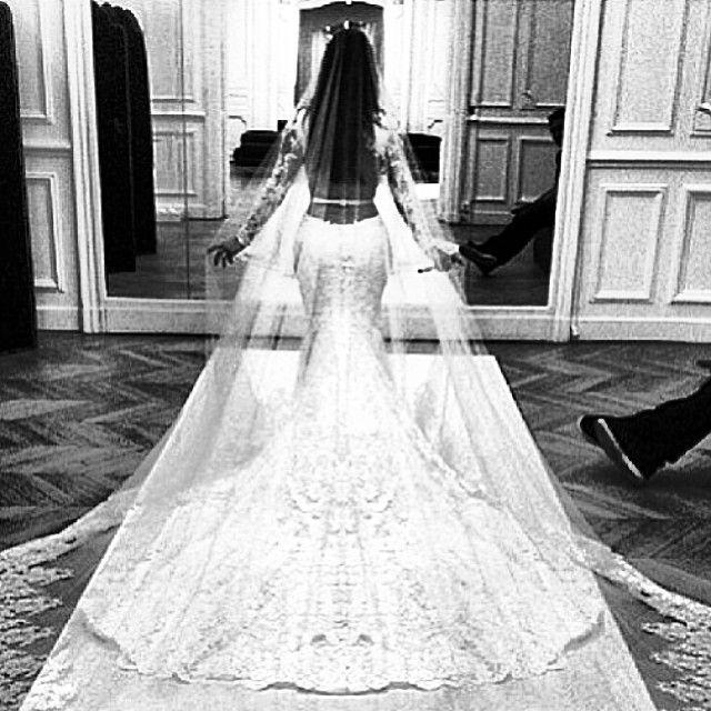 Kim Kardashian e Givenchy mostram detalhes do vestido de noiva ...