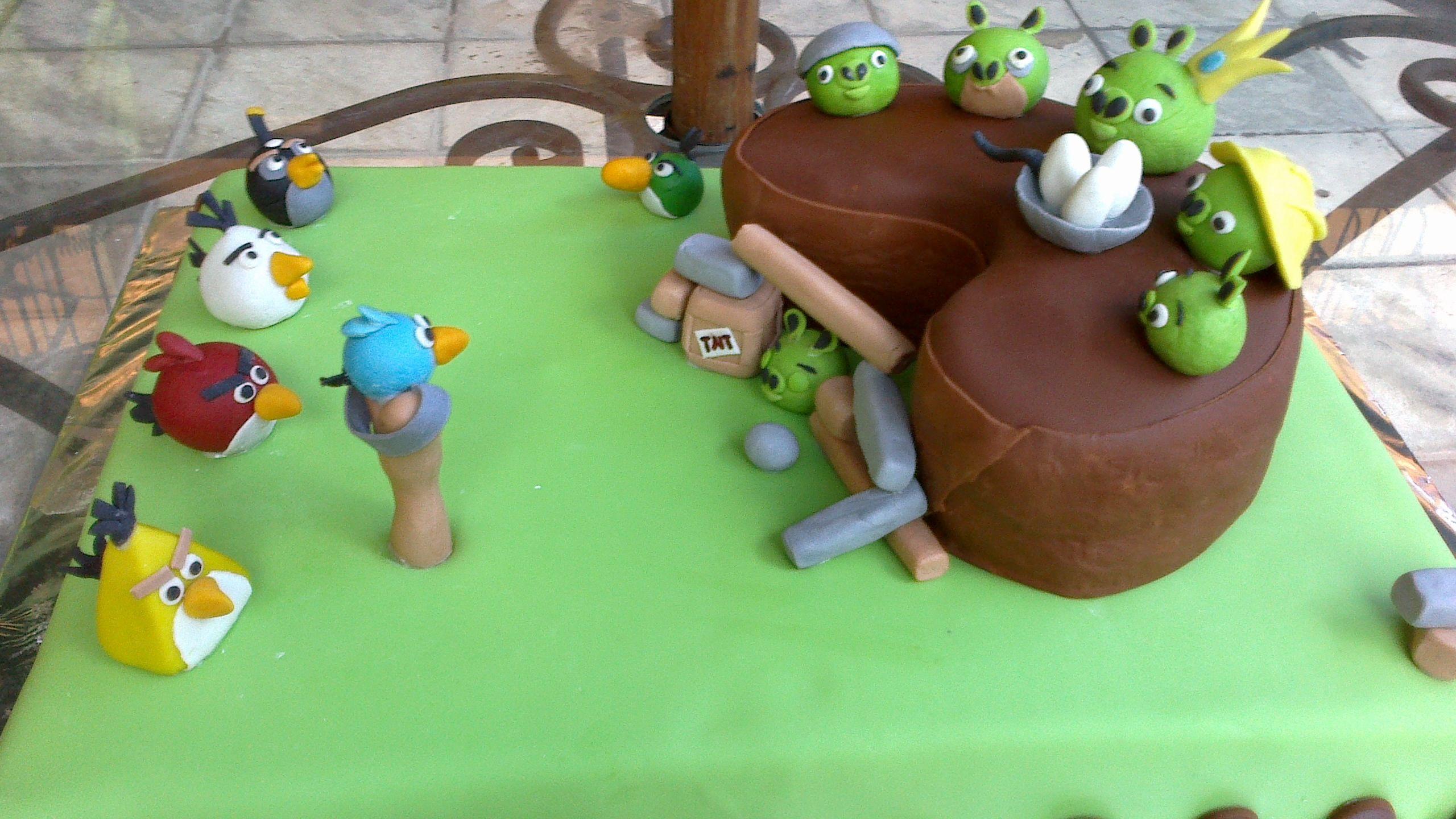 Pastel de vainilla relleno de cajeta!! angry birds!!