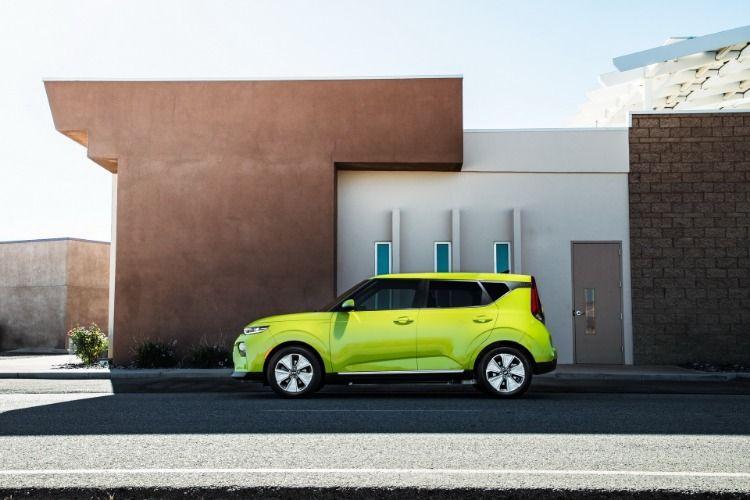 The New 2020 Kia Soul Ev Has A 243 Mile 391 Km Driving Range Putting It In The Same Class As The Chevrolet Bolt Tesla Model 3 Hyunda Kia Soul Driving Range