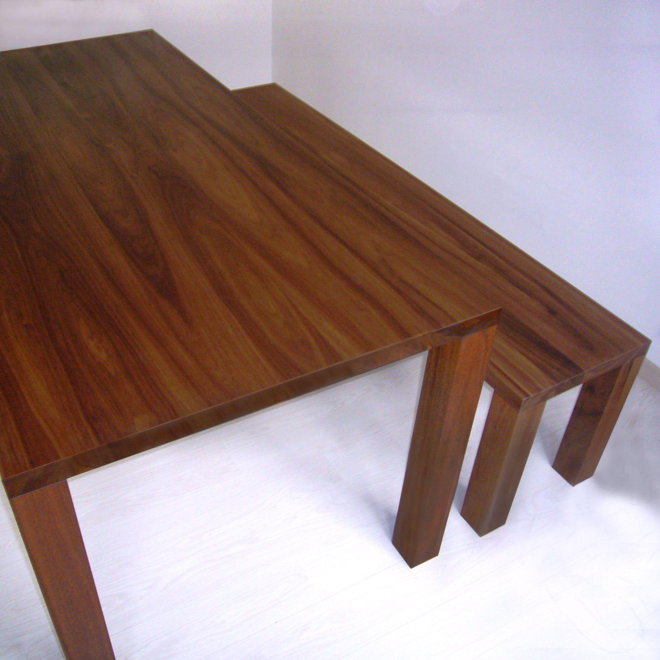 Bank und Tisch in Nußbaum