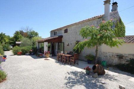 Une jolie maison charentaise avec gîte et piscine en Charente