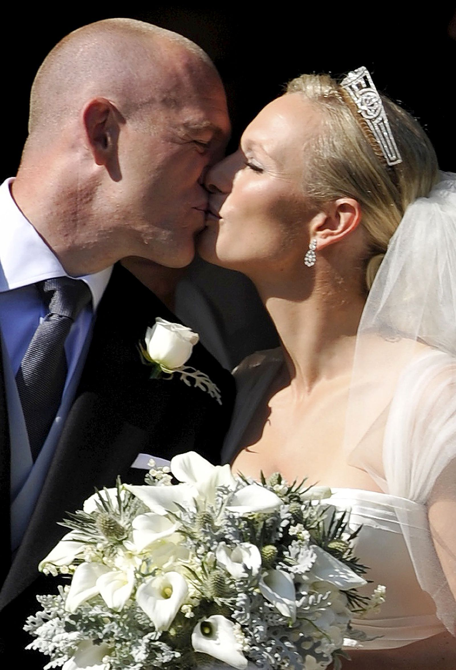 16 of the Best Royal Wedding Kisses   Zara phillips ...