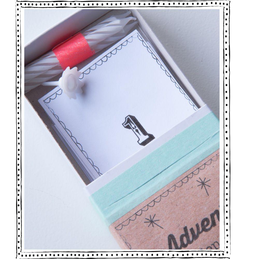 Net nieuw binnen van THUISGOED! Adventkalender; deze is toch te leuk. In het doosje voor de 24 dagen tot aan kerst; elke dag een kaartje met een mooie quote om blij van te worden. En 4 kleine kaarsjes, voor iedere zondag één.