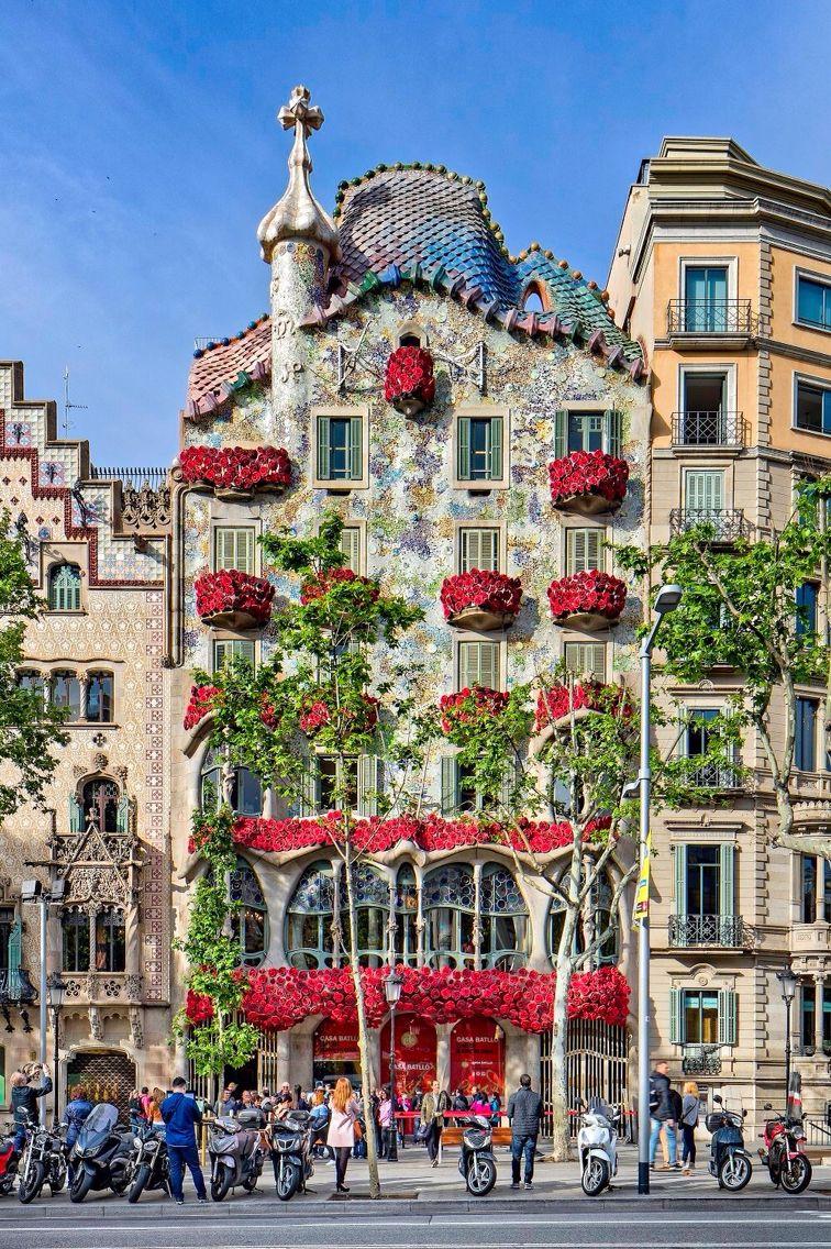 La Casa Batll somple de roses per Sant Jordi Barcelona
