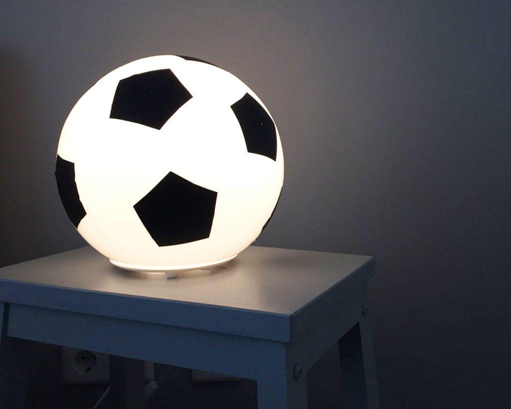 Jugendzimmer für jungs fußball  Fussballzimmer: IKEA Lampen werden zur Fußballdeko | Kinderzimmer ...