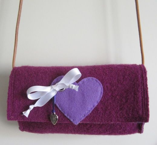 filz dirndltasche in lila innenfutter in flieder mit streublumen herzapplikation in flieder. Black Bedroom Furniture Sets. Home Design Ideas