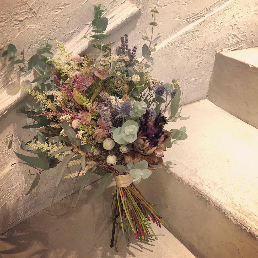 Bouquet クールで綺麗な第一印象を受けた彼女でしたが お話しをしていると この優しい素敵な笑顔がとても印象的でした ブーケにもプロテアのドライフラワーを入れて かっこ良くビンテージ風に でも淡いピンク