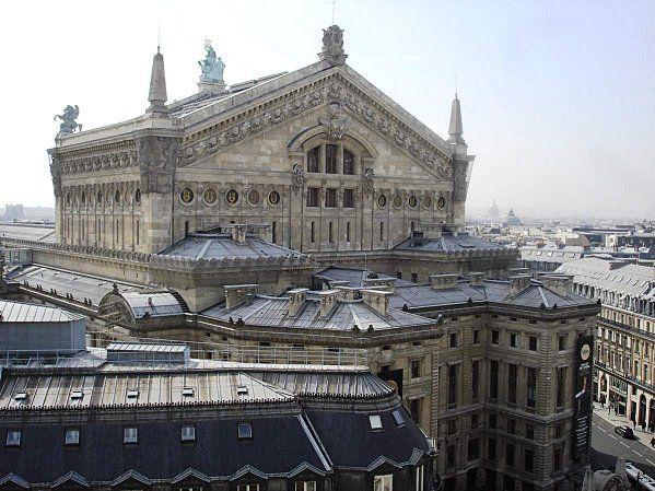 L'arrière de l'Opéra : en avant de la cage de scène se trouve une cour bordée sur trois côtés par les loges d'artistes mais surtout par l'Administration du théâtre