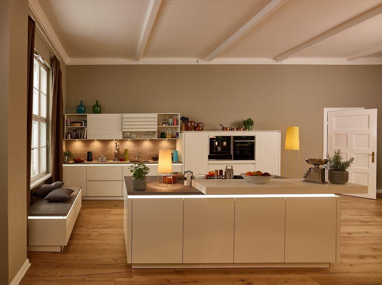 Indirektes Licht Zaubert Eine Tolle Atmosphare In Dein Zuhause Besonders In Kombination Mit Einer Hellen Kuche Schafft Indirekt Einbaukuche Kuche Kuche Planen