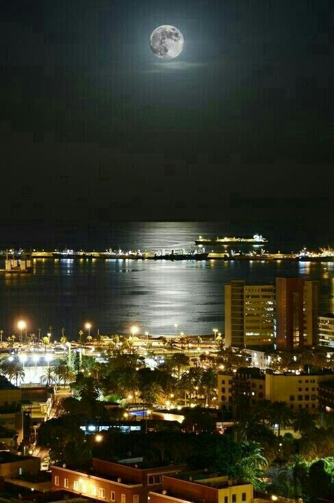 Luna llena Las Palmas Gran Canaria. Full moon over the city Canary Islands | Archipielago canario, Islas canarias, Isla canarias
