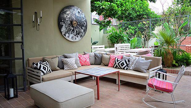 Cuenta a la entrada con una galería de arte que ofrece una selección de obras de artistas cubanos contemporáneos. El bonito patio con jardín, terraza, bar, parrilla y varios rincones preciosos donde disfrutar del desayuno, aperitivos, comidas o simplemente para relajarse con un café cubano o un refrescante cóctel, complementa el indiscutible atractivo de La Reserva.