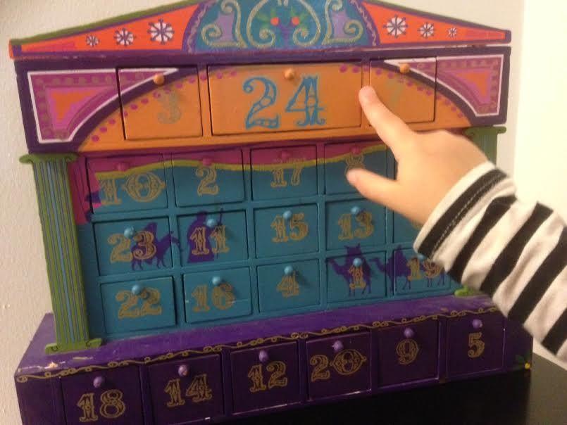 Periaate: Arkisesti mutta arjen yläpuolelle Ostin yhdeksän vuotta sitten Amsterdamista puisen joulukalenterin koristeeksi. Kun lapset syntyivät ja kasvoivat, paljastui ankea totuus: kalenterin pikk...