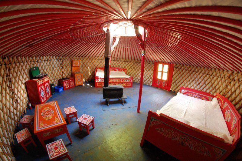 S jour en yourte mongole chalet perch maison de hobbit for Maison yourte moderne