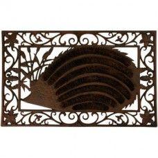 Deze gietijzeren deurmat heeft een rechthoekige vorm met in het midden een egel waarin borstels van kokos zijn verwerkt. De buitenkant is afgewerkt met sierlijke krullen. De kokosborstels in het midden zorgen ervoor dat zelfs hardnekkig vuil effectief wordt verwijderd tijdens het voeten vegen. Het gietijzer heeft een roestbruine kleur.