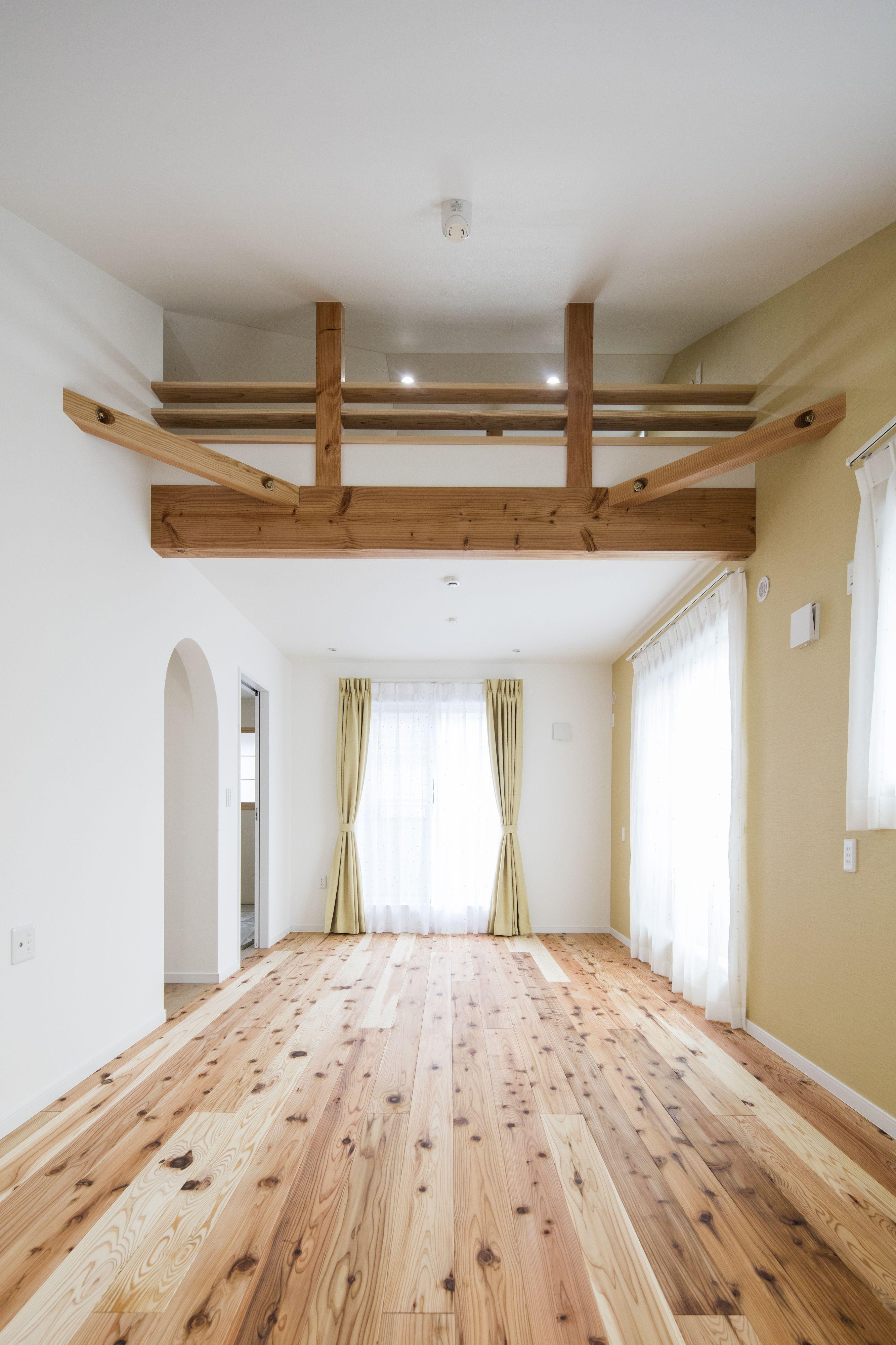 屋根の形状を利用した ロフトのある開放的な洋室 自然素材を