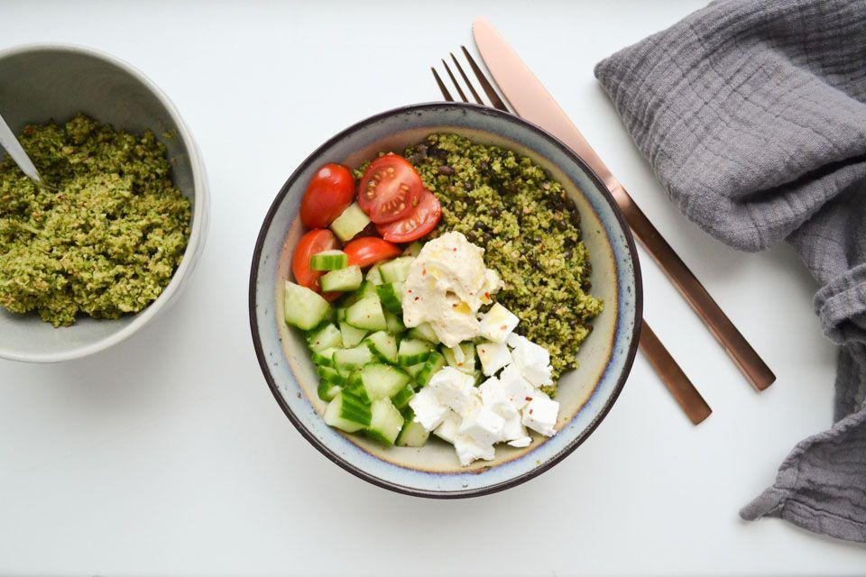 Een salade van rauwe broccoli, pecannoten en zwarte linzen. Lekker met wat knapperige groenten en hummus in een kommetje. Ook als vegan lunch.