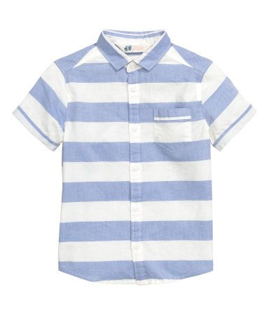 Short-sleeved shirt in a woven cotton fabric with a printed pattern. Slightly narrower turn-down collar, one chest pocket, and sewn cuffs on sleeves.