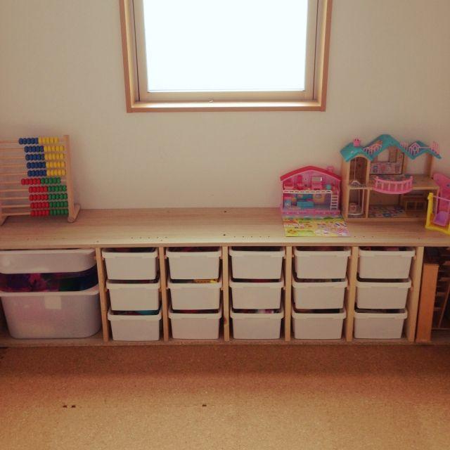 女性で、3LDK、家族住まいの100均/IKEA/ダイソー/おもちゃ収納/トロファスト風/ダイソー積み重ねBOX…などについてのインテリア実例を紹介。「枠はIKEAアウトレットの木材300円分で☆ダイソーのBOXは大型店舗しか置いてなくて15個集めるのに一苦労…」(この写真は 2015-07-06 12:10:18 に共有されました)