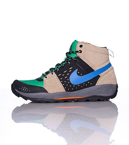 NIKE Men's low top sneaker style boot Lace up closure Padded tongue with ACG  logo Signature cross ha.