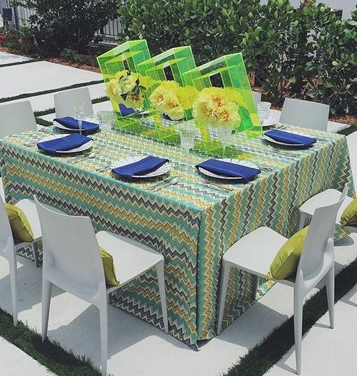 BOLD & bright statement this table makes. Paired with this gorgeous geometric floral work of art by #petalprod #nuagedesigninc
