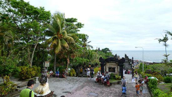 Entramos en el templo de Tanah Lot por la puerta grande