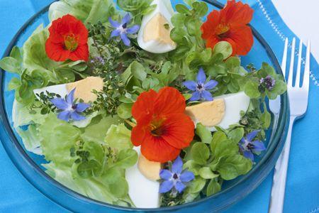 Salaty Rzymska I Roszponka Jajko Na Twardo Kwiaty Nasturcji Ogorecznika I Tymianku Ziola Tymianek Cytrynowy Table Decorations Vegetables Food