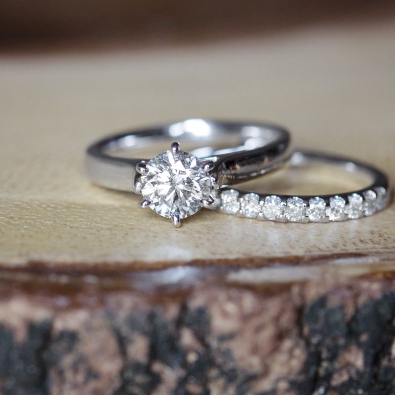 solitaire ring in 14 kt white gold