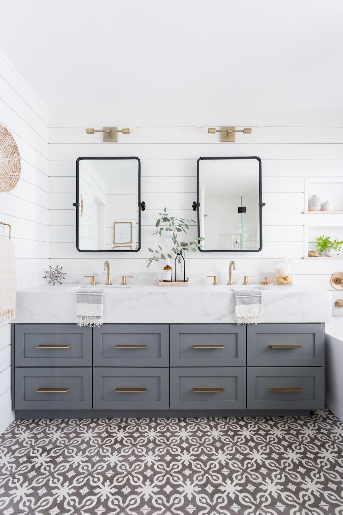 Photo of Helles und luftiges Badezimmer mit Shiplap, gemusterten Fliesen und gemischten Metallen #bathroomlight …