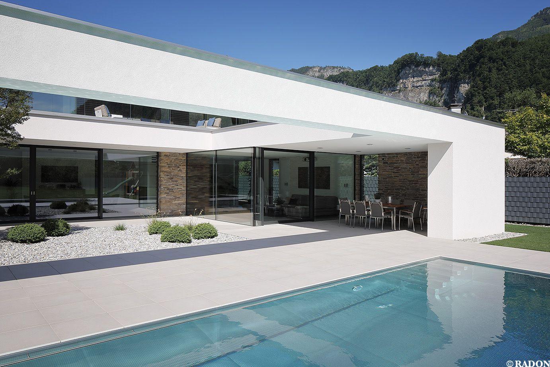einfamilienhaus pool flachdach steinfassade panoramafenster dachterrasse fliesenboden. Black Bedroom Furniture Sets. Home Design Ideas
