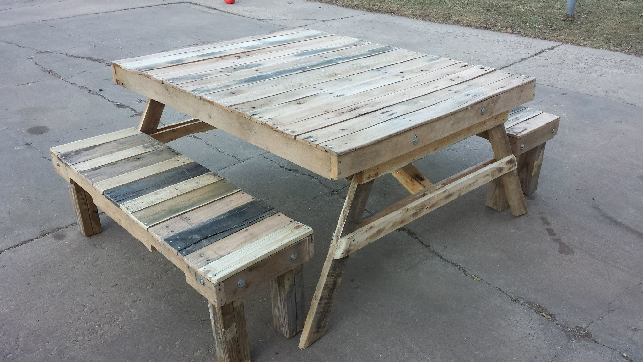 Reclaimed Pallet Wood Picnic Table
