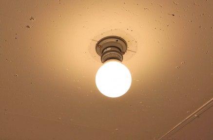 天井や壁に直付するソケットです 高さの短いタイプ 裸電球をつけて