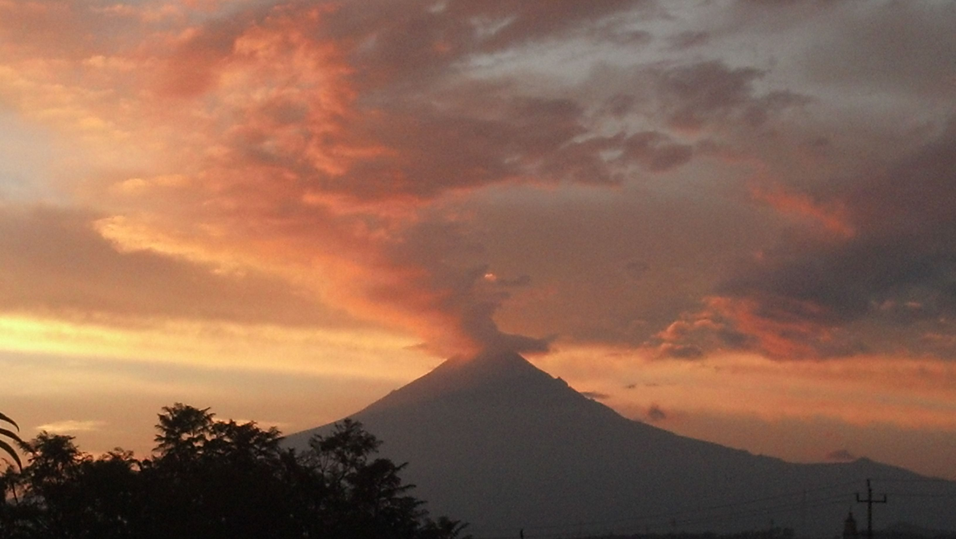 Popocatepetl An Active Volcano Spewing Forth Ash And Vapor A Few - Active volcanoes in mexico