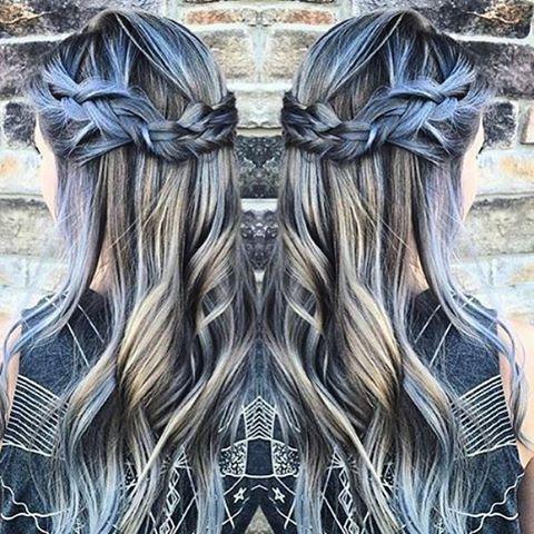 Move over unicorn hair, denim hair is de nieuwste beautytrend!  Lees er alles over op Fashionista.be >> link in bio (regram @haileymahonehair) #denimhair