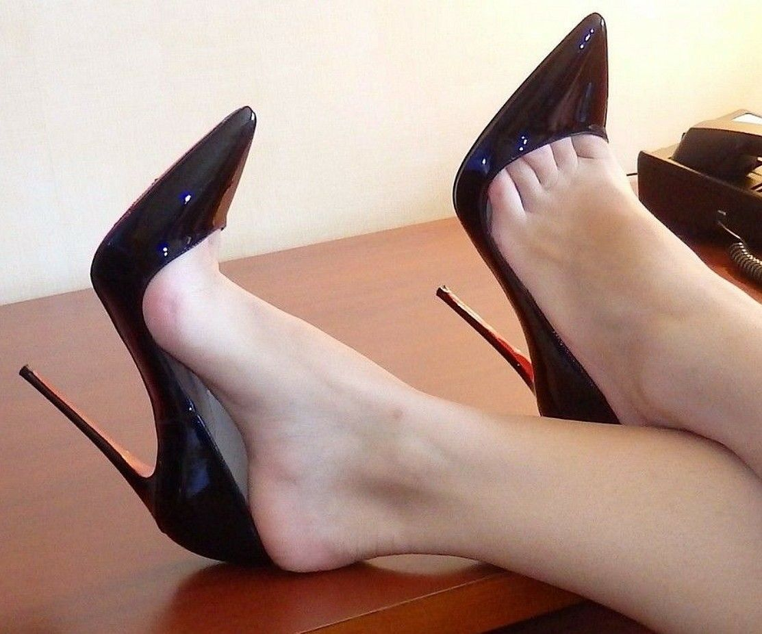 Black Pumps and Toe Cleavage #highheelscute
