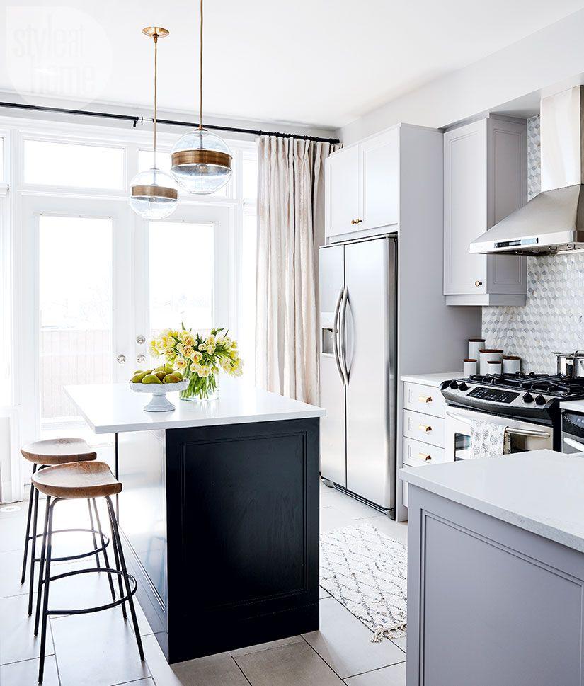 A Builder Basic Home Becomes A Space Filled With Timeless Elegance Les Plus Belles Cuisines Suspension Doree Et Cuisine Scandinave