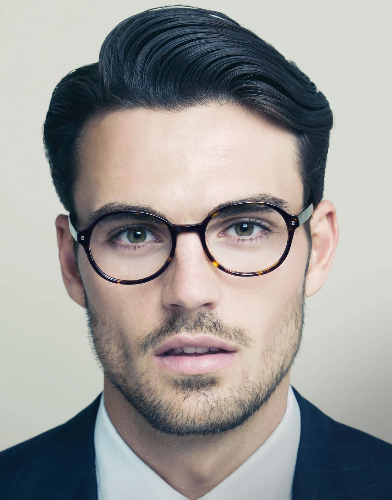 The modern vresion of the Clark Kent look. Professional yet fresh short  hair style for men.    Une version moderne du look de Clark Kent. 0ef8636b79aa