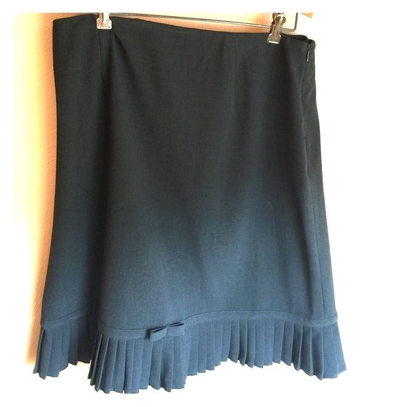 Gray Larry Levine stretch skirt This is a gray Larry Levine stretch skirt. Size 14. In great condition. Pletting at the bottom with a pretty bow. Larry Levine Skirts Midi