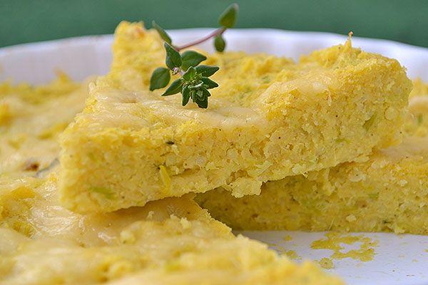 Placek jaglany:  2 szklanki ugotowanej kaszy jaglanej (może być z poprzedniego dnia), 4-5 łyżek mąki kukurydzianej, 1 jajko, łyżeczka tłuszczu do podduszenia pora (może być masło, tłuszcz kokosowy, oliwa), por (lub inne warzywa, ewentualnie zioła typu koperek, pietruszka), przyprawy, ser (opcjonalnie).