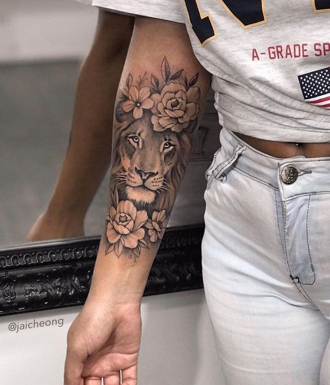"""Tatuagens Femininas 💠 Goiânia on Instagram: """"Mais um pra nossa lista de leão floral 🦁🌸 Feita pelo Tatuador: @jaicheong • Inspiração ༄ . . ➳ Gostou da foto? Deixe seu comentário ou a…"""""""