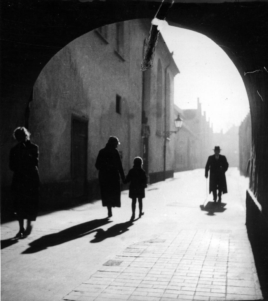 Erika Groth-Schmachtenberger  Fuggerei (Augsburg): Entrance of the Jakoberstraße, 1934  Thanks towonderfulambiguity