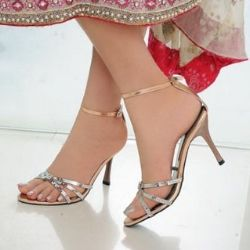 c9fd4b9f681 Types Of Footwear To Wear With Saree | Things to Wear in 2019 ...